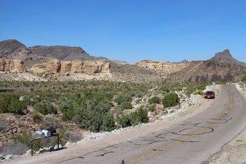 Auf der Route 66 fährt man auf entlegenen und menschenleeren Straßen.