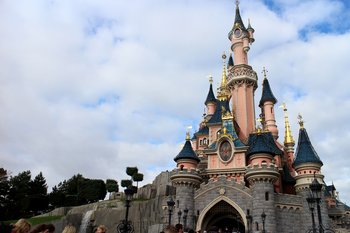 Das Disneyschloss kennzeichnet den Eingang zum Disneyland