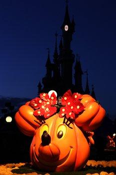 Stimmungsvolle Beleuchtung und Dekoration passend zur Jahreszeit.