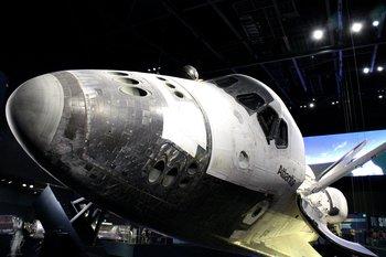 Drinnen wird die echte Atlantis ausgestellt.