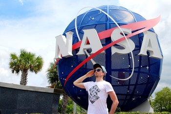 Der NASA Globus im Eingangsbereich lädt zu lustigen Fotos ein.