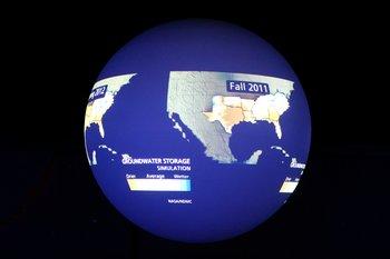 Multimedial wird einiges geboten. Hier im Science on a Sphere werden interessante Filme und Animationen auf einen Globus projiziert.